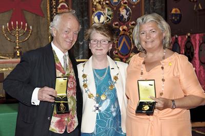 2013 års medaljörer - Manne af Klintberg (t v) och Claire Rosvall (t h). I mitten Marianne af Malmborg, ordförande Pro Patria.